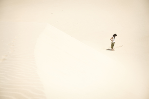 Man standing alone in the desertの写真素材 [FYI04335467]