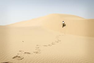 Man walking alone in the desertの写真素材 [FYI04335468]