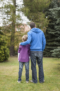 Germany, Leipzig, Father and son looking treesの写真素材 [FYI04335484]