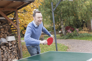 Germany, Leipzig, Mature man playing table tennisの写真素材 [FYI04335487]