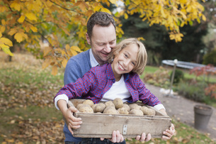 Germany, Leipzig, Father and son collecting potatoesの写真素材 [FYI04335488]