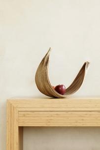 Fruit bowl with apple on shelfの写真素材 [FYI04335493]