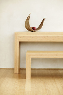 Fruit bowl with apple on shelfの写真素材 [FYI04335494]