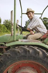 Portrait of a Farmer on a tractorの写真素材 [FYI04335501]