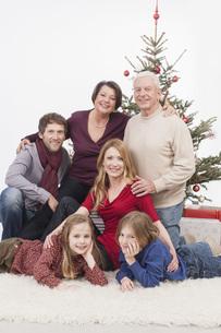 Portrait of multi generation family, smilingの写真素材 [FYI04335509]