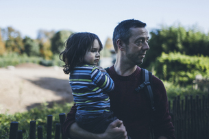 Father holding his son outdoorsの写真素材 [FYI04335527]