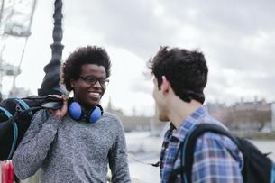 UK, London, two best friends communicatingの写真素材 [FYI04335532]