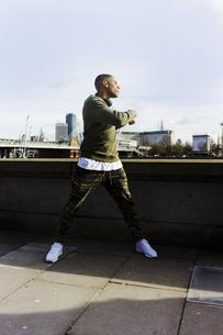 UK, London, runner having a break at riverwalkの写真素材 [FYI04335533]