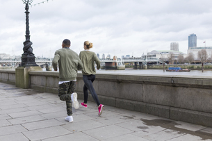 UK, London, man and woman running at riverwalkの写真素材 [FYI04335536]