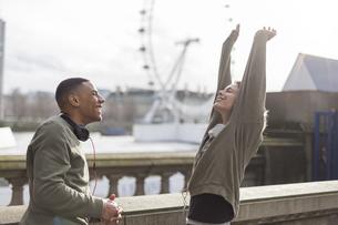 UK, London, two runners talking at riverwalkの写真素材 [FYI04335538]