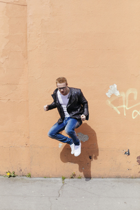 Young man jumping in the airの写真素材 [FYI04335562]
