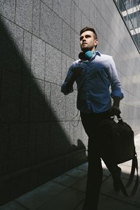 Running young businessmanの写真素材 [FYI04335573]