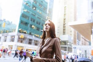 USA, New York, Manhattan,  portrait of young businesswoman wの写真素材 [FYI04335589]