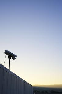 USA, California, San Francisco, CCTV camera in evening skyの写真素材 [FYI04335606]