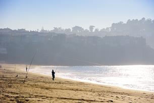 USA, California, San Francisco, angler at Baker Beachの写真素材 [FYI04335622]