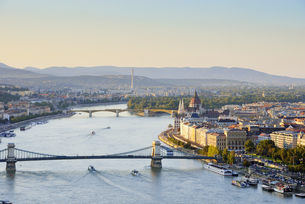 Hungary, Budapest, View to River Danube, Chain Bridge and Paの写真素材 [FYI04335626]