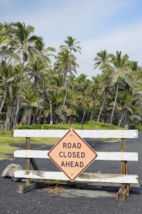 USA, Hawaii, Big Island, Pahala, road barrier at Punaluu Blaの写真素材 [FYI04335632]