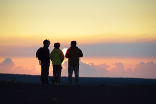 USA, Hawaii, Big Island, Volcanoes National Park, three persの写真素材 [FYI04335636]