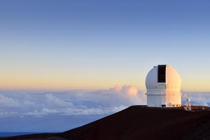 USA, Hawaii, Big Island, Mauna Kea, view to observatoriy atの写真素材 [FYI04335639]