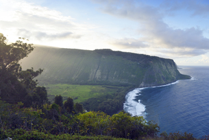 USA, Hawaii, Big Island, Waipio Valley and bay at evening liの写真素材 [FYI04335641]