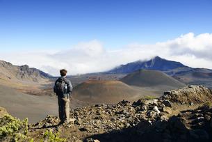 USA, Hawaii, Maui, Haleakala, man looking at volcanic landscの写真素材 [FYI04335643]