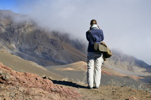 USA, Hawaii, Maui, Haleakala, woman taking picture of volcanの写真素材 [FYI04335644]