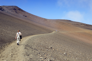 USA, Hawaii, Maui, Haleakala, woman hiking in the volcanic cの写真素材 [FYI04335645]