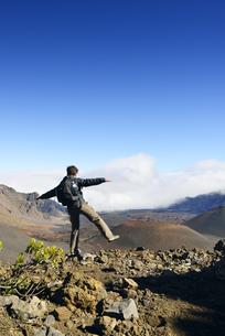 USA, Hawaii, Maui, Haleakala, man balancing in volcanic landの写真素材 [FYI04335647]
