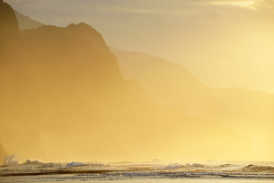 USA, Hawaii, Hanalei, Sunset at Kee Beach and view to Na Palの写真素材 [FYI04335655]