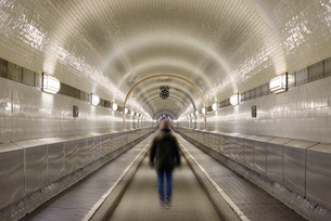 Germany, Hamburg, man walking in Old Elbe Tunnelの写真素材 [FYI04335657]