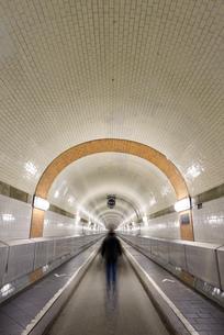 Germany, Hamburg, man walking in Old Elbe Tunnelの写真素材 [FYI04335659]