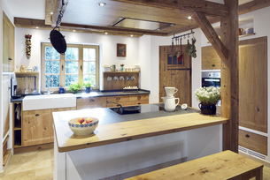 Rustic country style home with kitchen islandの写真素材 [FYI04335663]