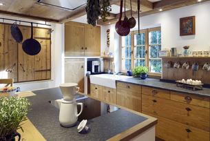 Rustic country style home with kitchen islandの写真素材 [FYI04335664]