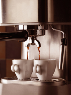 Germany, espresso machine and two cups, close-upの写真素材 [FYI04335696]