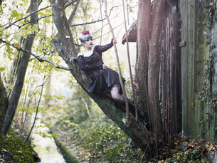 Young woman wearing Steampunk clothing, Victorian styleの写真素材 [FYI04335698]