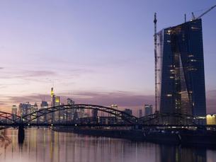 Germany, Hesse, Frankfurt, New Osthafenbruecke with new ECBの写真素材 [FYI04335700]