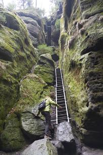 Germany, Saxony, Saxon Switzerland National Park, Female hikの写真素材 [FYI04335710]