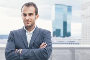 Confident businessman, arms crossedの写真素材 [FYI04335747]