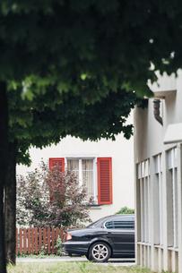 Switzerland, black limousine parking between residential houの写真素材 [FYI04335750]
