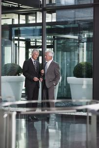 Two businessmen talking in officeの写真素材 [FYI04335773]