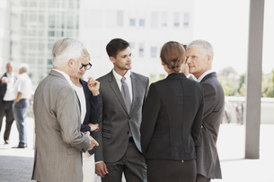 Group of businesspeople discussingの写真素材 [FYI04335778]