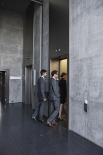 Group of businesspeople entering elevatorの写真素材 [FYI04335779]