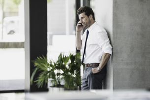 Businessman on cell phoneの写真素材 [FYI04335782]