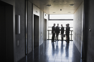 Group of businesspeople standing at elevatorの写真素材 [FYI04335785]