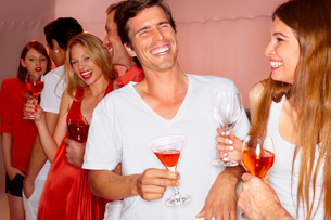 Happy young people drinking wine in a nightclubの写真素材 [FYI04335786]