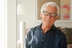 Portrait of smiling senior man wearing glassesの写真素材 [FYI04335787]