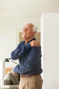 Portrait of senior man feeling pain in his shoulderの写真素材 [FYI04335794]