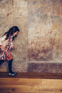 Happy girl running on a benchの写真素材 [FYI04335802]