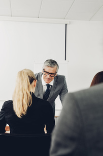 Mature man giving business presentationの写真素材 [FYI04335808]