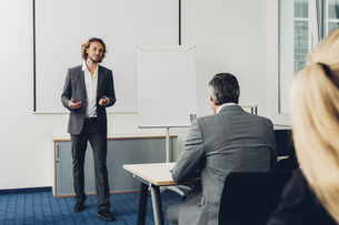 Young business man giving presentationの写真素材 [FYI04335810]